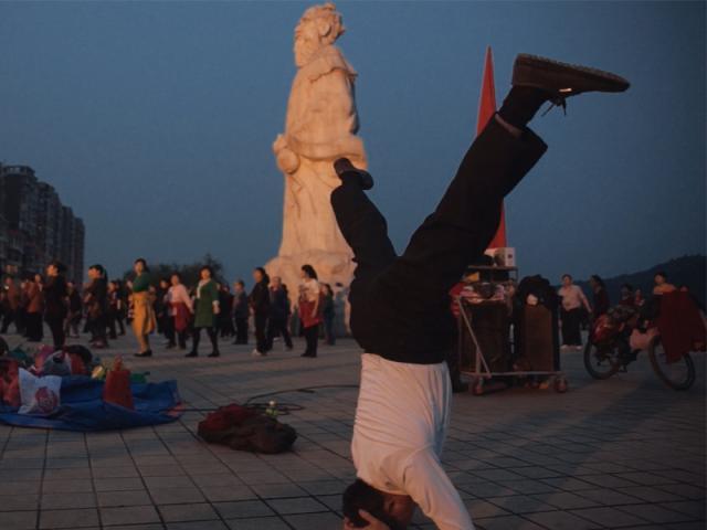 廣場上的舞蹈劇照 1